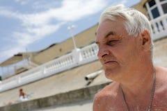 Uomo senior sulla spiaggia Immagini Stock