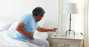 Uomo senior turbato che soffre dal mal di stomaco 4k archivi video
