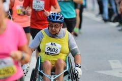 Uomo senior in una corsa della sedia a rotelle Immagini Stock Libere da Diritti