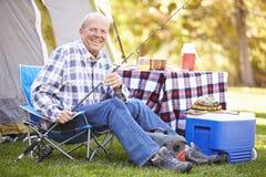 Uomo senior vacanza in campeggio con la canna da pesca Fotografia Stock Libera da Diritti