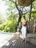 Uomo senza camicia che gode della vista sul terrazzo Fotografia Stock