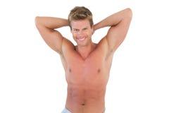Uomo senza camicia che mostra i suoi muscoli Fotografia Stock