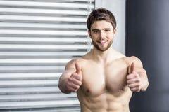 Uomo senza camicia di misura con i pollici su Fotografia Stock Libera da Diritti