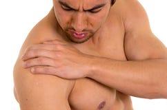 Uomo senza camicia muscolare con dolore della spalla Immagine Stock