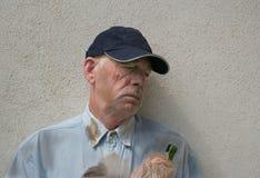 Uomo senza casa addormentato Fotografie Stock Libere da Diritti