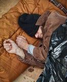 Uomo senza casa che dorme nella via Fotografia Stock