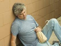 Uomo senza casa con la bottiglia Immagini Stock Libere da Diritti