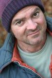 Uomo senza casa - ritratto del primo piano immagini stock