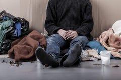 Uomo senza casa sulla via immagini stock