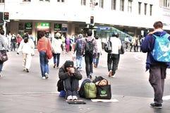 Uomo senza casa sulla via Fotografia Stock