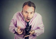 Uomo senza soldi Tenuta dell'uomo d'affari che mostra portafoglio vuoto fotografie stock