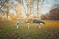 Uomo senza tetto anziano triste Fotografia Stock