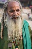 Uomo senza tetto in barba lunga fotografia stock