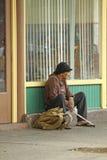 Uomo senza tetto che si siede sulla via Fotografia Stock