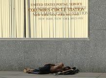 Uomo senza tetto a Columbus Circle nel Midtown Manhattan Fotografia Stock Libera da Diritti