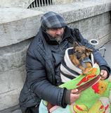 Uomo senza tetto con i cani in Notre Dame, Parigi Fotografia Stock Libera da Diritti