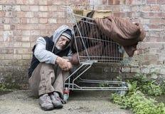 Uomo senza tetto fuori sulle vie Fotografia Stock Libera da Diritti
