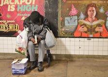 Uomo senza tetto nella stazione della metropolitana immagini stock libere da diritti
