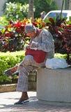 Uomo senza tetto nello spazio pubblico Fotografia Stock Libera da Diritti