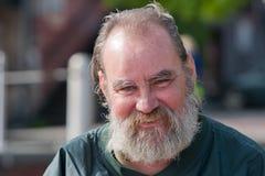 Uomo senza tetto sorridente Fotografie Stock Libere da Diritti
