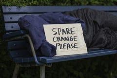 Uomo senza tetto sul banco di parco Fotografie Stock