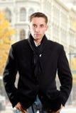 Uomo serio in cappotto nero fotografia stock libera da diritti
