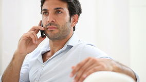 Uomo serio che parla sul telefono stock footage