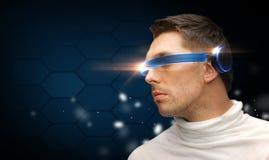 Uomo serio con i vetri futuristici immagine stock libera da diritti