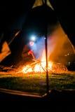 Uomo serio vicino al fuoco del campo Immagini Stock Libere da Diritti