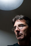 Uomo severo nell'ambito di indicatore luminoso Fotografie Stock Libere da Diritti