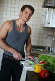 Uomo sexy alla cucina Fotografia Stock Libera da Diritti
