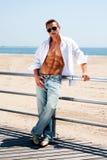 Uomo sexy alla spiaggia Fotografia Stock Libera da Diritti