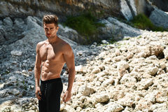 Uomo sexy bello di forma fisica con l'ente muscolare all'aperto di estate Immagine Stock Libera da Diritti