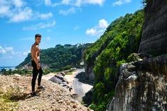 Uomo sexy bello di forma fisica con l'ente muscolare all'aperto di estate Immagini Stock