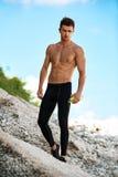 Uomo sexy bello di forma fisica con l'ente muscolare all'aperto di estate Fotografia Stock
