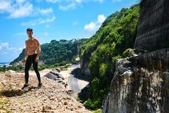 Uomo sexy bello di forma fisica con l'ente muscolare all'aperto di estate Immagine Stock