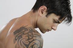 Uomo sexy con il tatuaggio Fotografie Stock Libere da Diritti