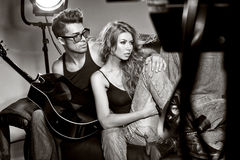 Uomo sexy e donna che fanno un tiro di foto di modo Fotografie Stock