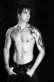 Uomo sexy nello studio dell'acqua della doccia Immagine Stock Libera da Diritti