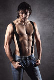 Uomo sexy senza camicia con le bretelle Fotografia Stock