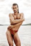 Uomo sexy su una spiaggia Fotografia Stock