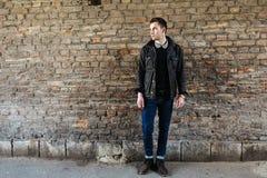 Uomo sicuro che posa in jeans della cimosa Immagine Stock Libera da Diritti