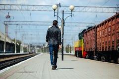 Uomo sicuro che posa in jeans della cimosa Fotografie Stock