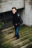 Uomo sicuro che posa in jeans della cimosa Fotografia Stock Libera da Diritti