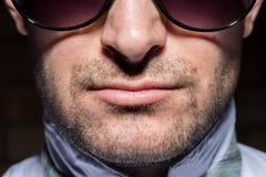 Uomo sicuro con gli occhiali da sole Portait Immagini Stock Libere da Diritti