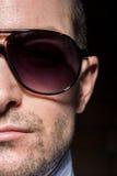 Uomo sicuro con gli occhiali da sole Portait Fotografie Stock Libere da Diritti
