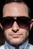 Uomo sicuro con gli occhiali da sole Portait Immagine Stock