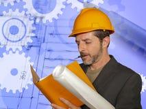 Uomo sicuro dell'ingegnere industriale nel casco del costruttore che controlla i modelli della costruzione di edifici su sviluppo fotografia stock libera da diritti