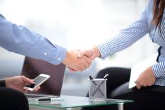 Uomo sicuro di affari due che stringe le mani nel corso di una riunione nell'ufficio, nel successo, trattare, accogliere e nel co Immagini Stock Libere da Diritti