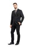 Uomo sicuro di affari in vestito con gli occhiali da sole in tasca che esamina macchina fotografica Immagini Stock Libere da Diritti